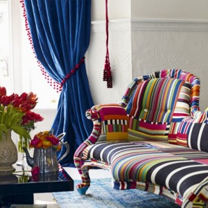 small-living-room-with-colorful-fabrics